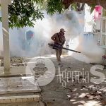 Fumigan panteones para frenar proliferación de moscos